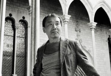 Haruki Murakami al Palau de la Generalitat, en una visita a Barcelona © Iván Giménez / Tusquets Editores.
