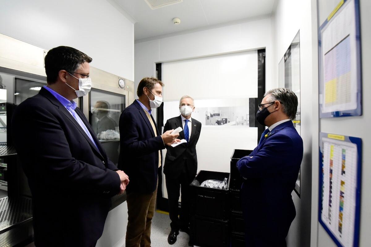 El conseller Ramon Tremosa visitando las nuevas instalaciones. © Laura Gomez
