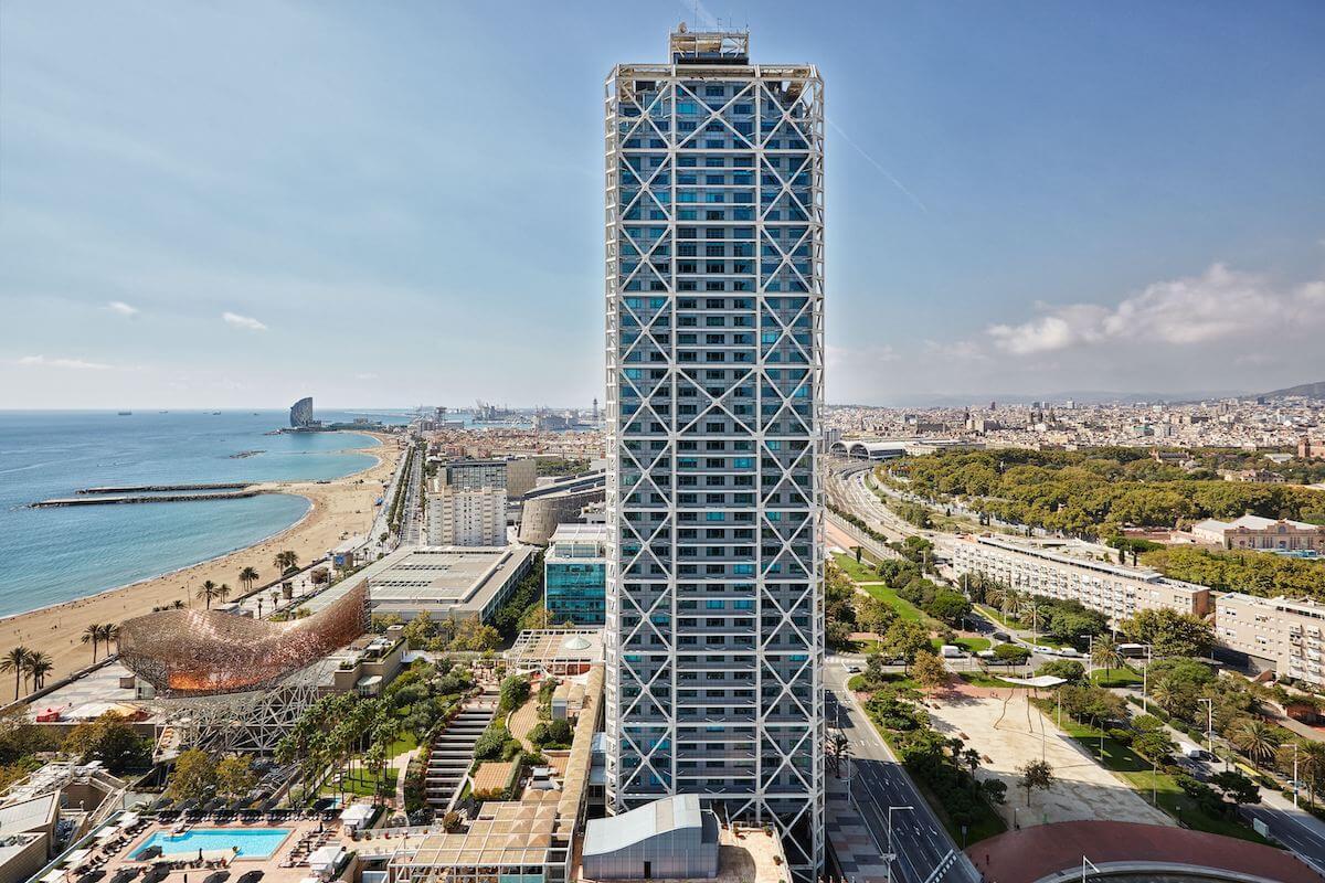 El Arts Hotel de Barcelona y el W Barcelona, ambos de Marriott International.