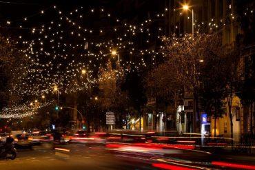 Luces de Navidad en la calle Aragó de Barcelona