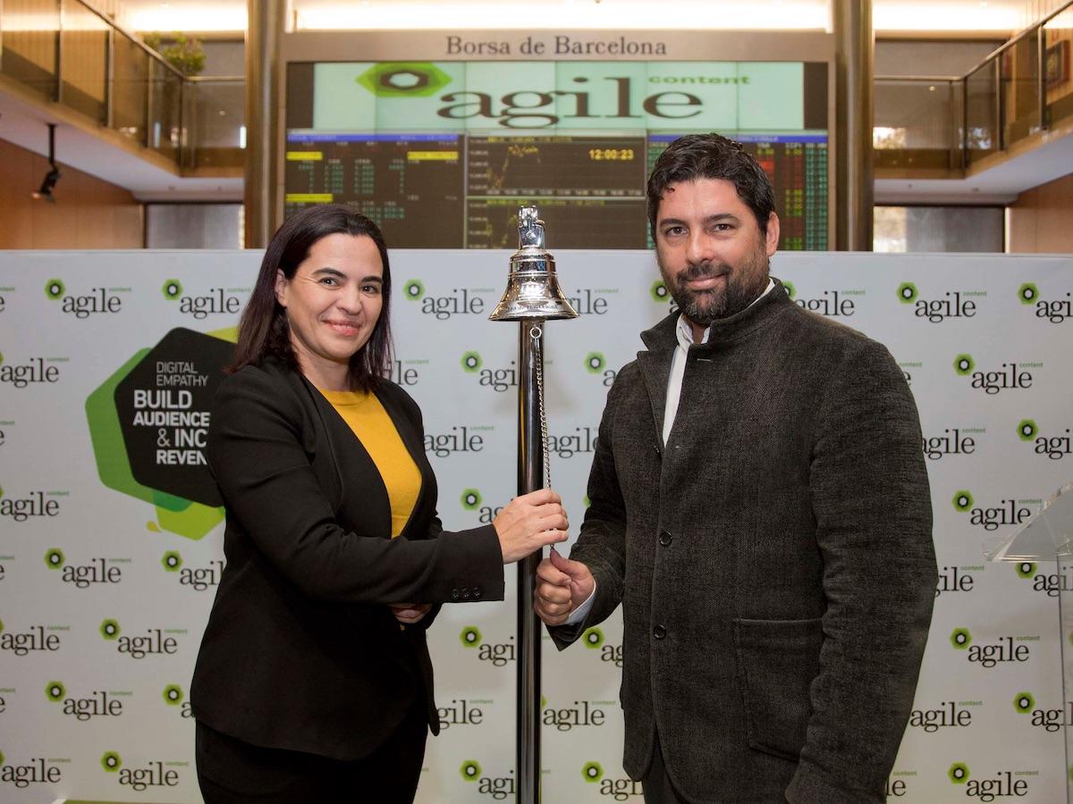 La cofundadora d'Agile Content, Mónica Rayo, i el conseller delegat, Hernan Scapusio, a l'acte de sortida a borsa.