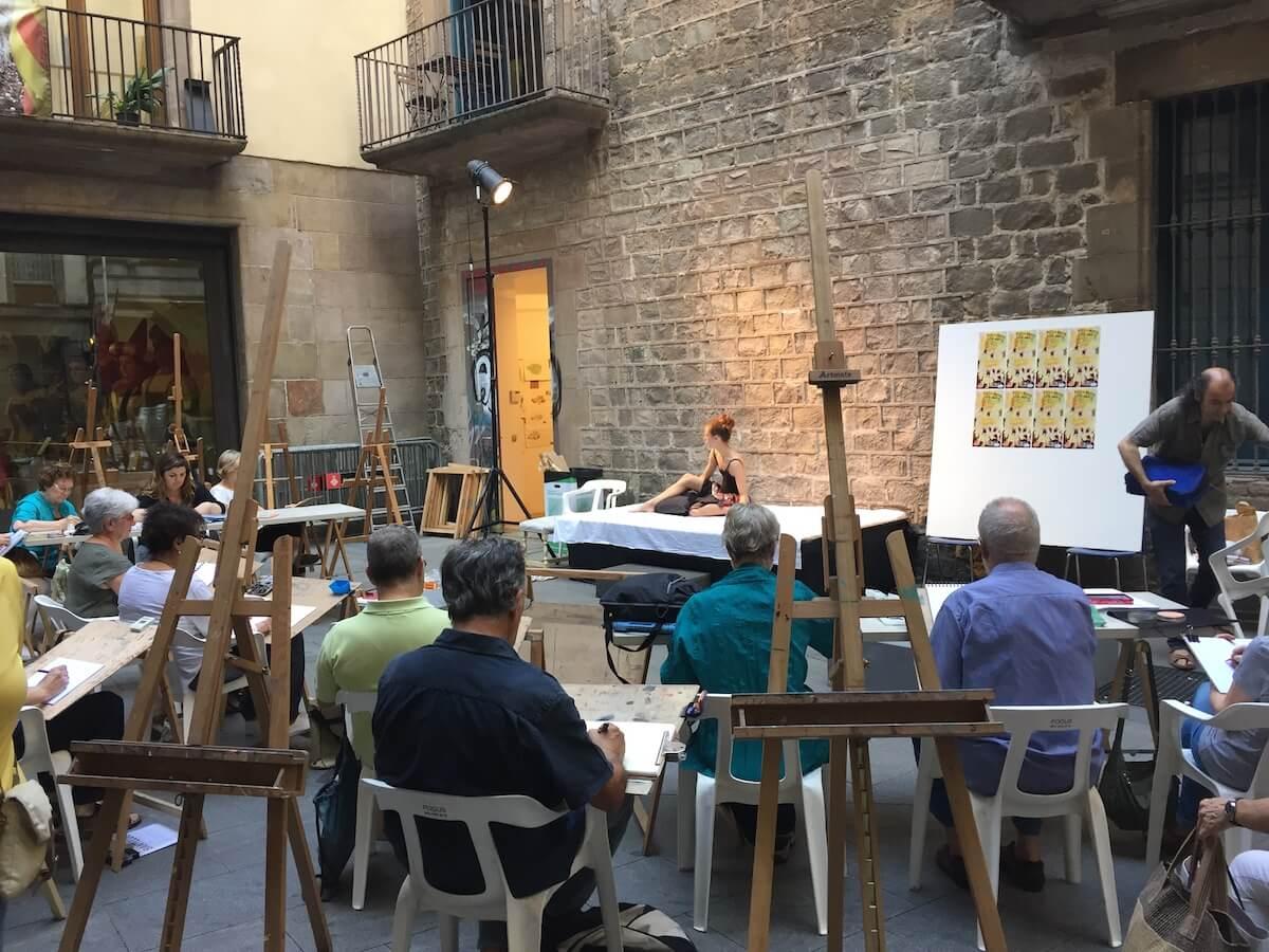 Sessió de dibuix a l'exterior del Cercle Artístic Sant Lluc