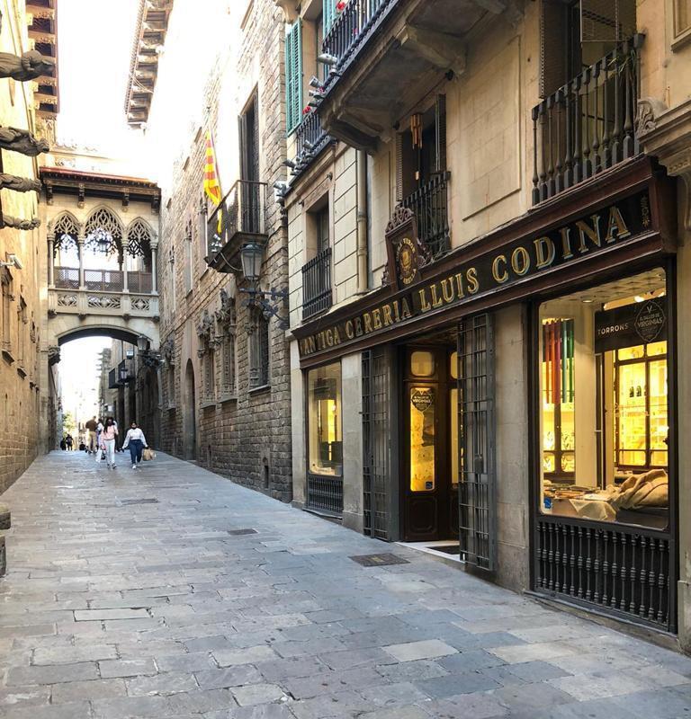 El emblemático establecimiento se encuentra en la calle del Bisbe, frente al Palau de la Generalitat.