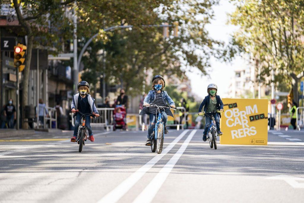 nens amb bicicleta