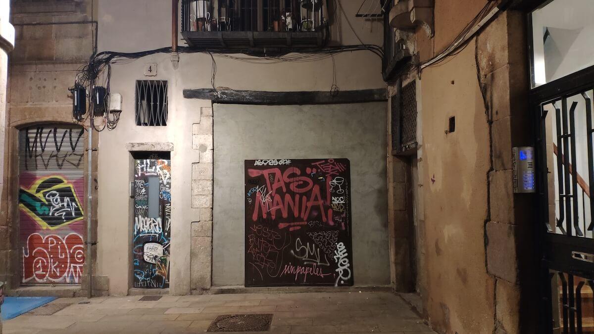 Grafitis en puertas y persianas de Barcelona
