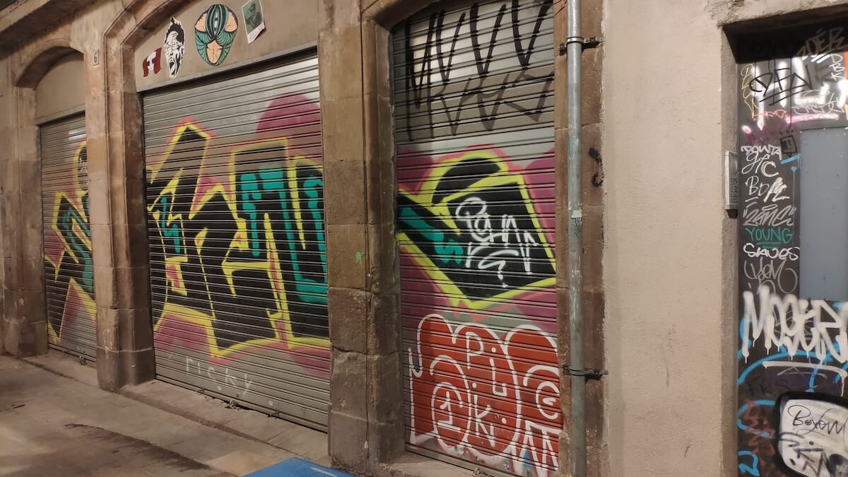 Grafitis en establecimientos de Barcelona