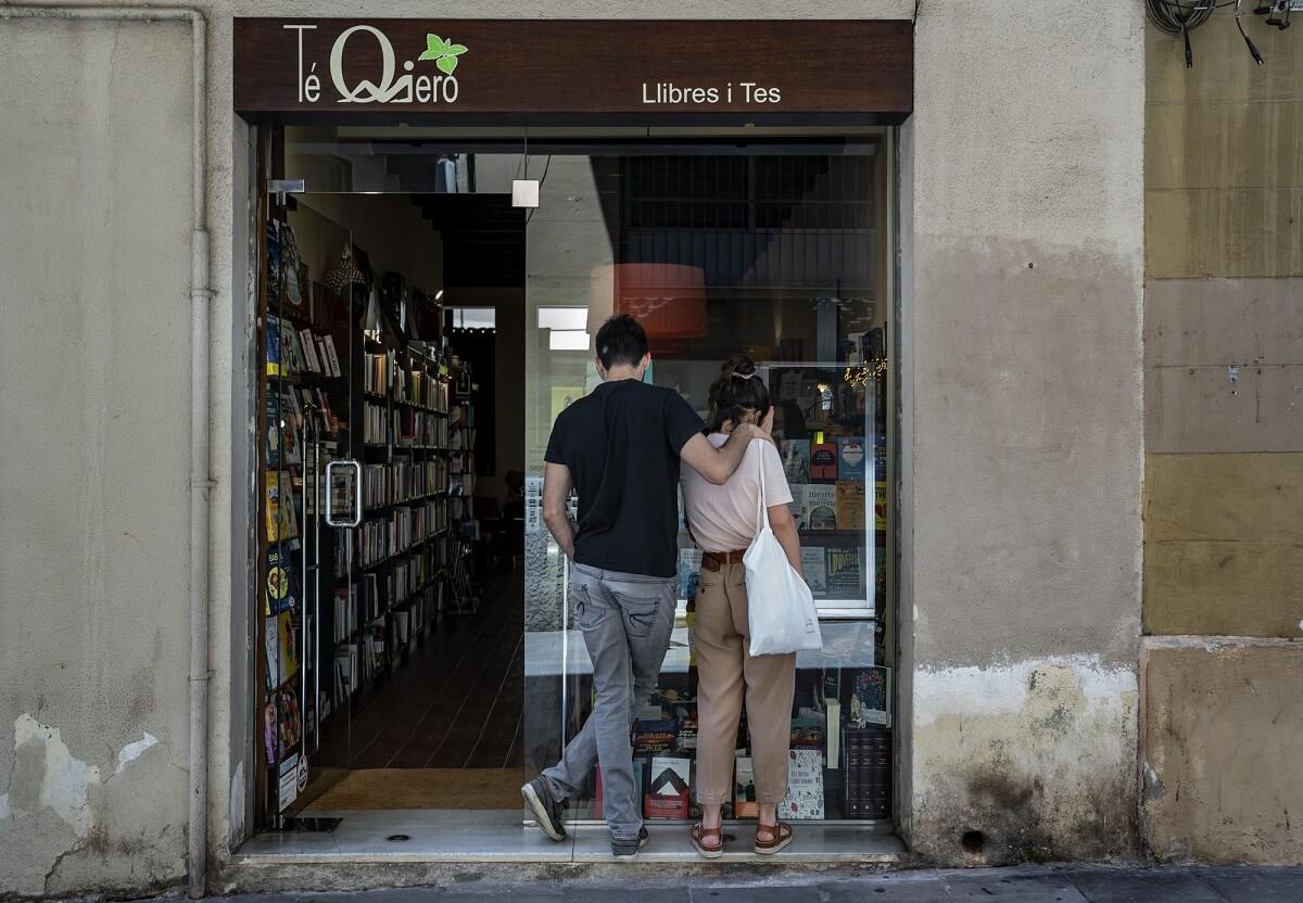 jóvenes mirando una librería