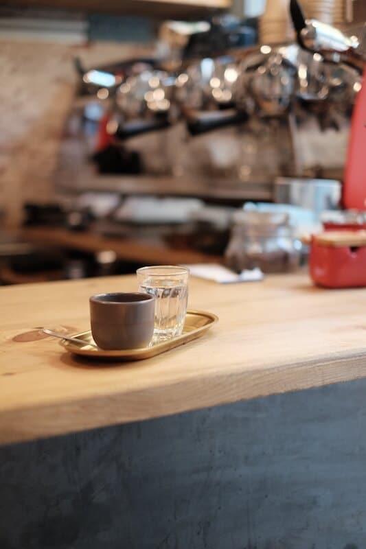 Café en el Roast Club.