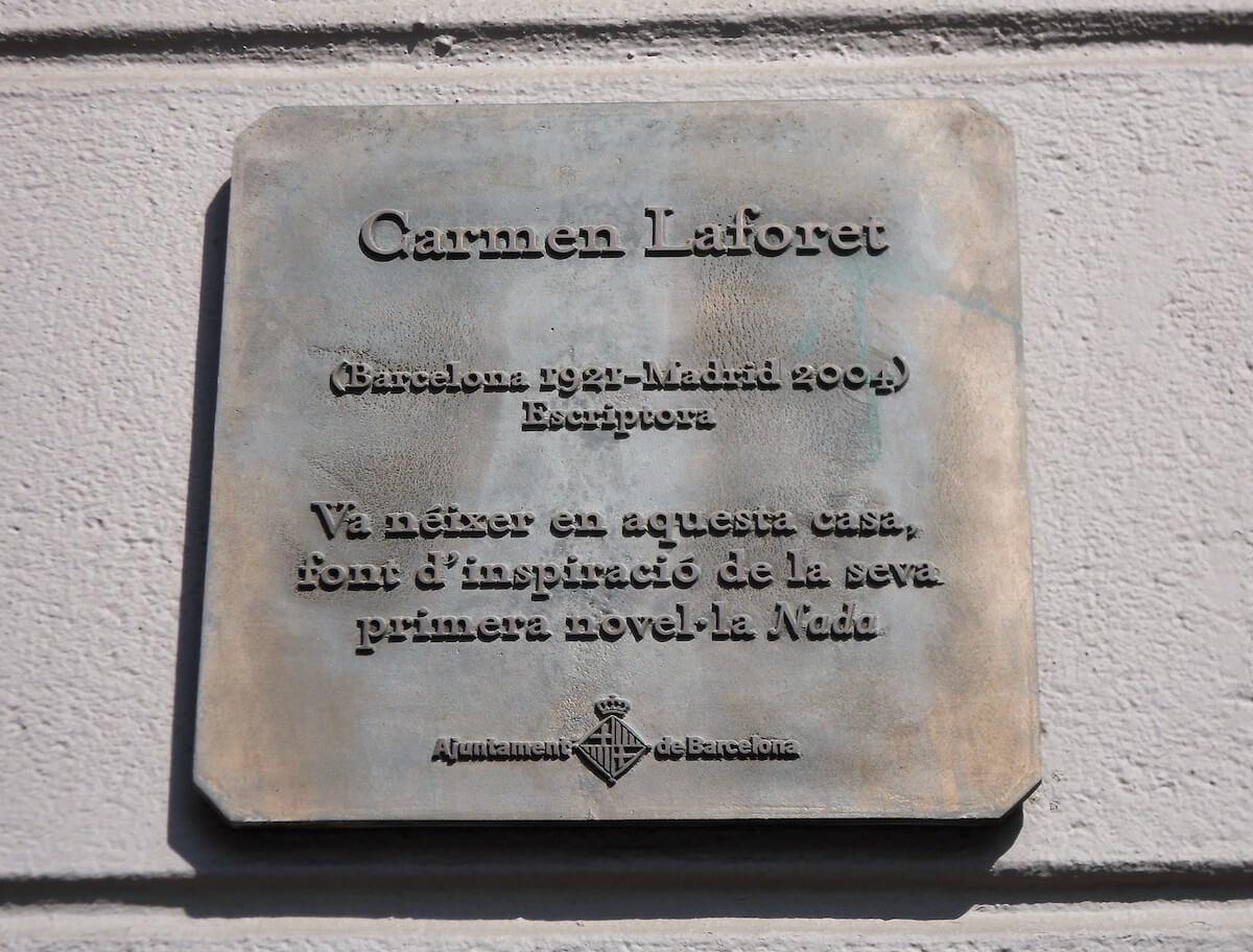 Placa de la casa en la que vivió la escritora Carmen Laforet.