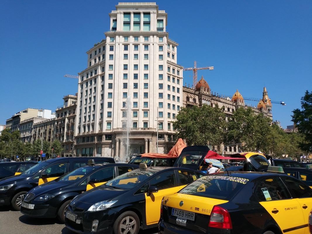 Acampada de los taxistas de Barcelona en Gran Via, en verano de 2018