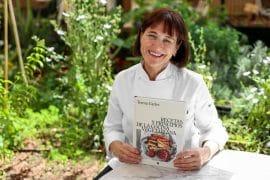 Teresa Carles con su libro_Recetas y principios de la cocina vegetaria