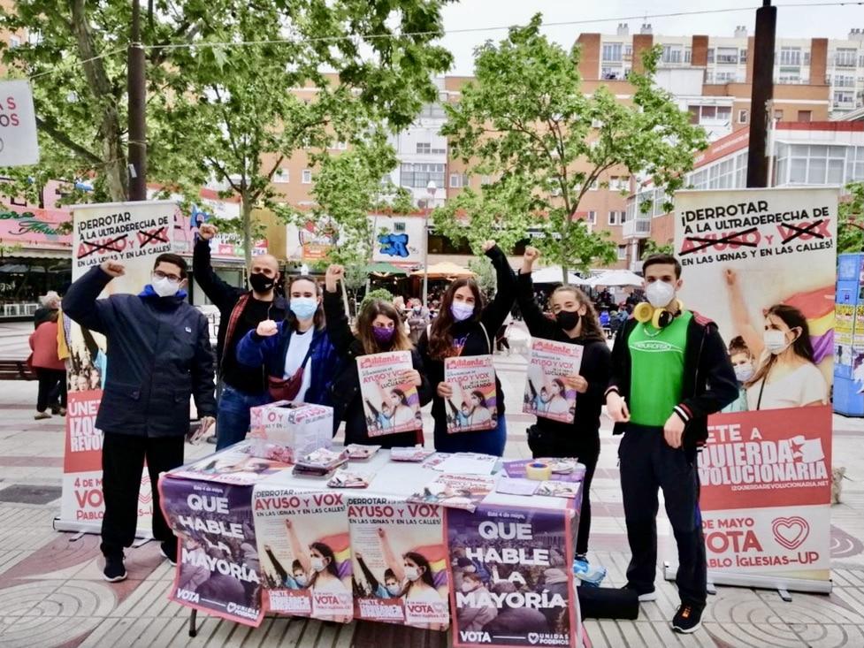 Un gupo de jóvenes hacen campaña a favor de Podemos. ©Twitter Podemos Madrid.