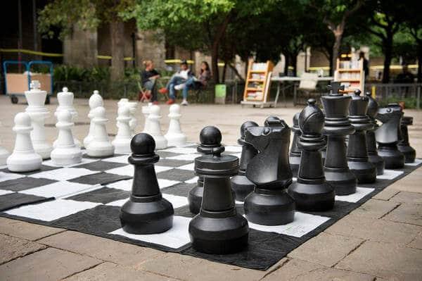 Tablero de ajedrez gigante en el jardín de la Biblioteca de Catalunya.