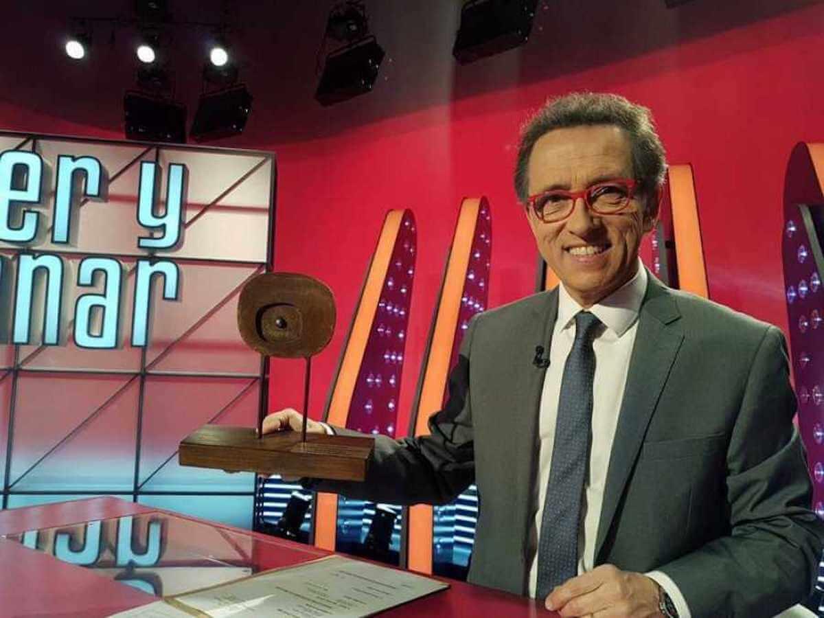 Jordi Hurtado, presentador de Saber y Ganar, con el Premio Zoom