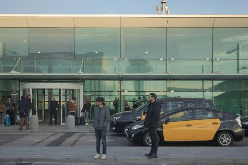 Oriol Paulo y Mario Casas grabando en el Aeropuerto de El Prat. © Quim Vives