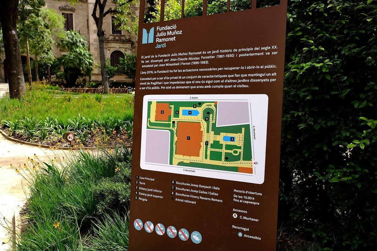 Panel informativo en los jardines de la Fundación Julio Muñoz Ramonet